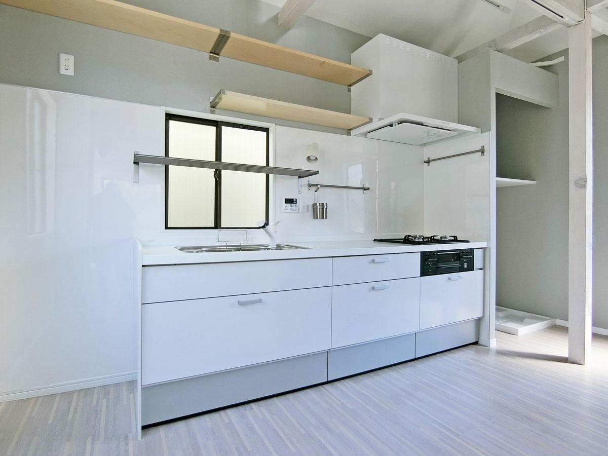 2.5m幅の広々キッチン。左右に冷蔵庫と洗濯機の置き場