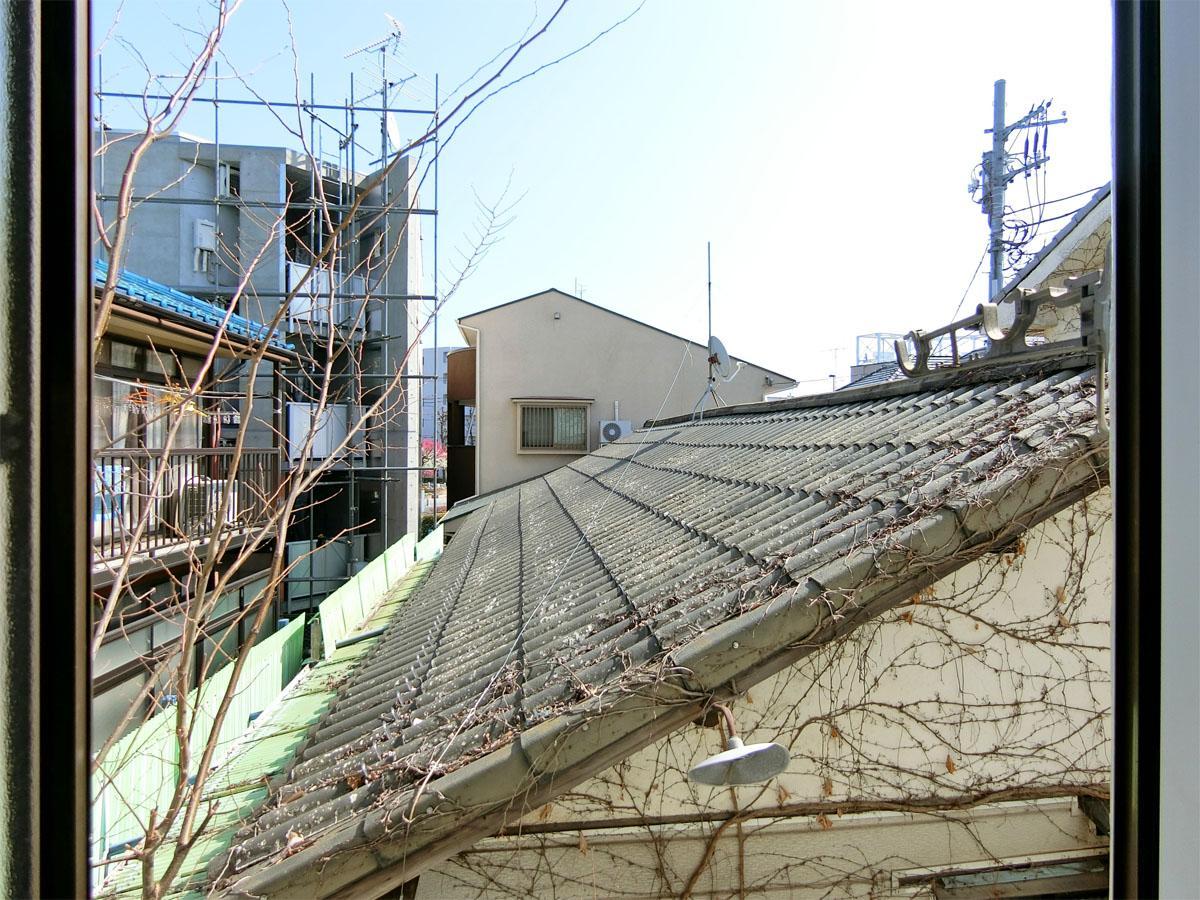 2階の南東側の窓からは隣の家の屋根が