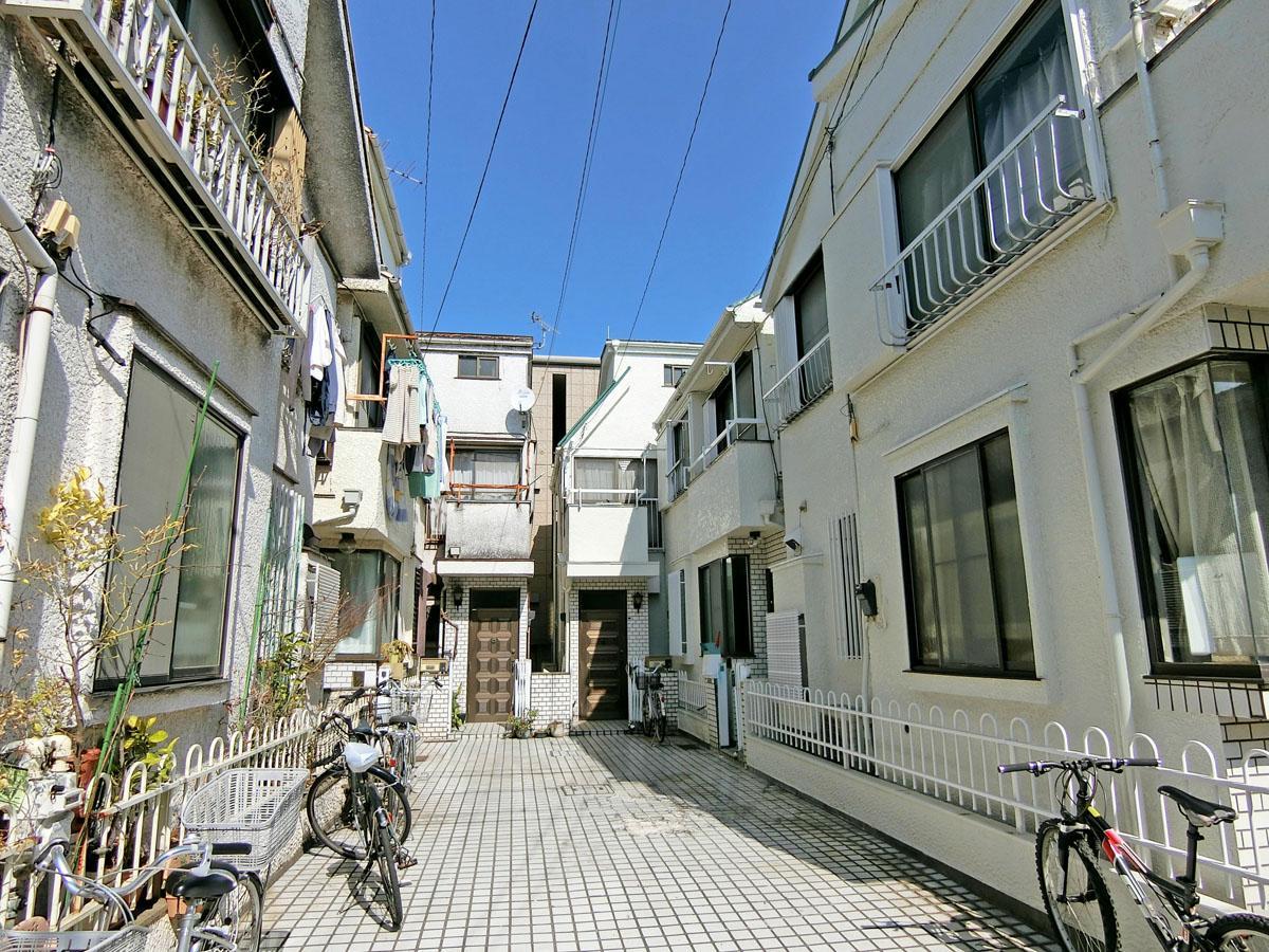白い家が敷地内に立ち並ぶ一角、右奥の建物
