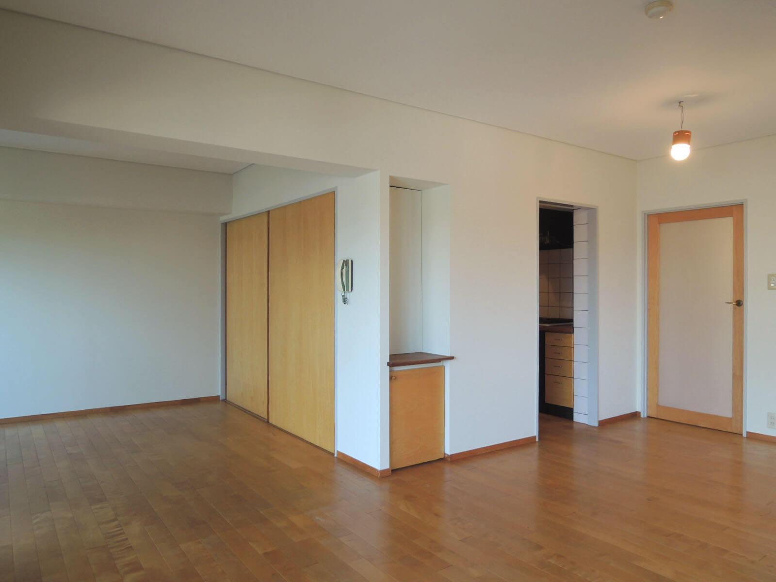キッチンはリビングの角っこに。扉のない個室になっています。