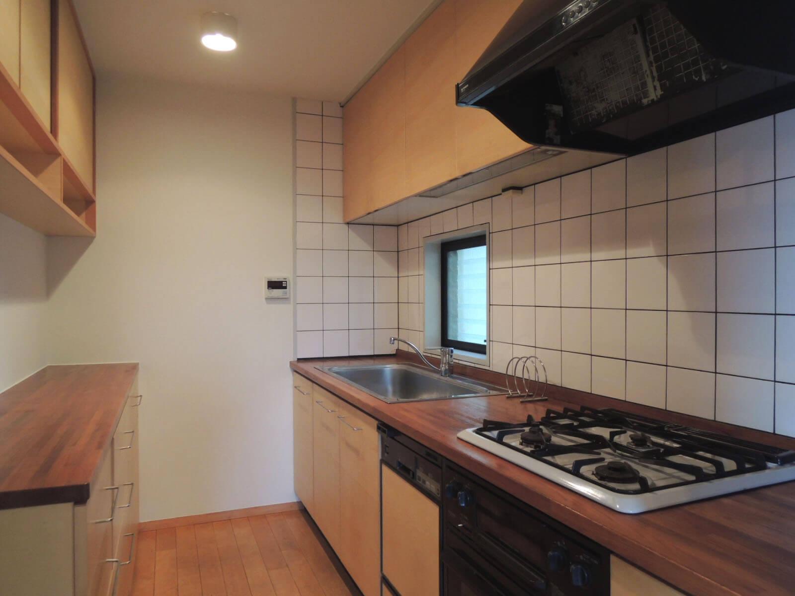 天板や戸棚など、オリジナルで作り変えられている箇所も。
