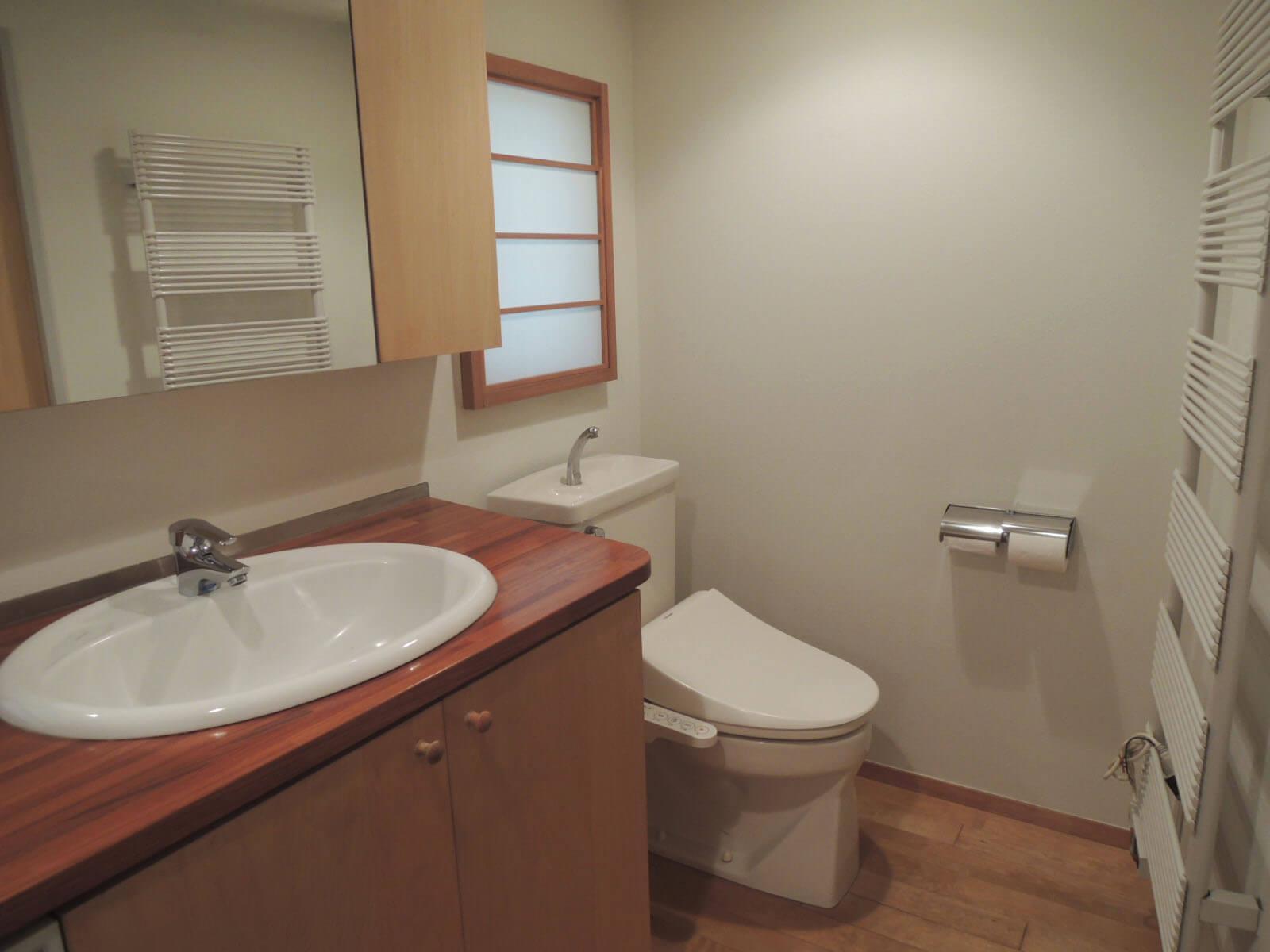 洗面とトイレは同室。窓面には障子がはめこまれ。