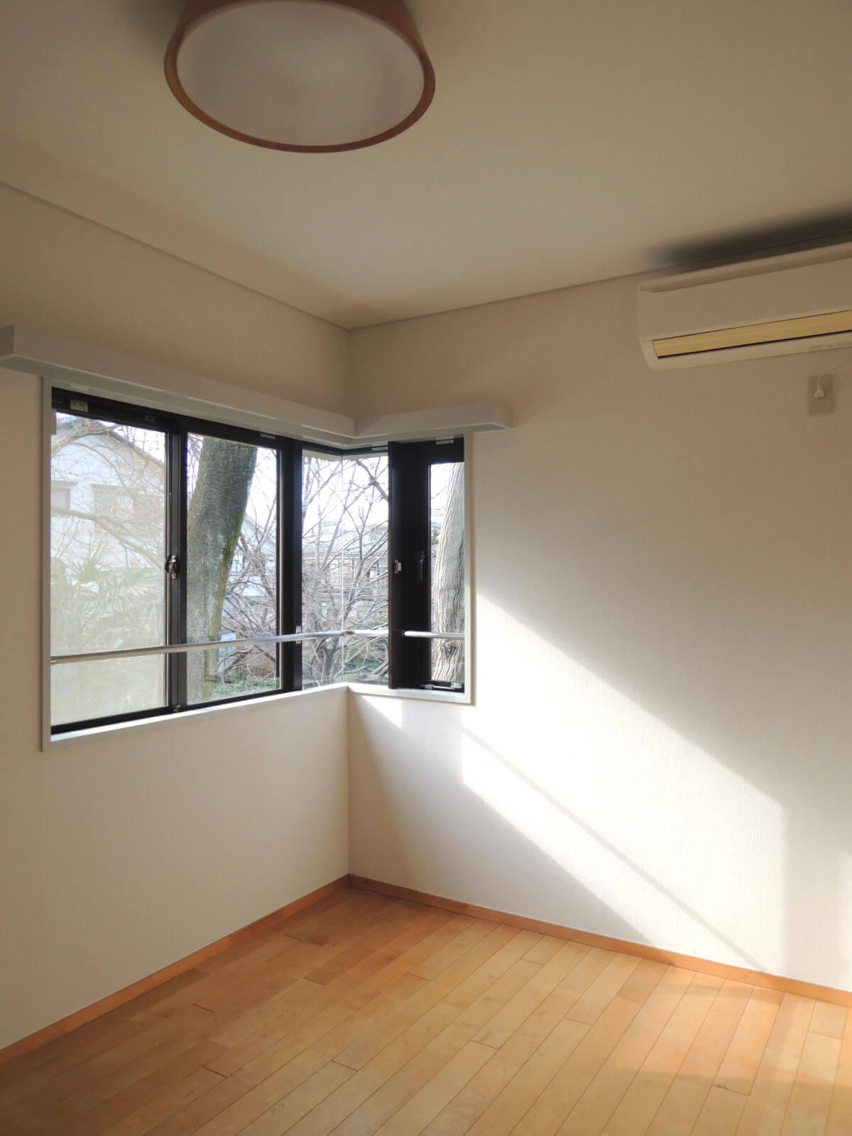 玄関脇、もうひとつの洋室。収納はありません。