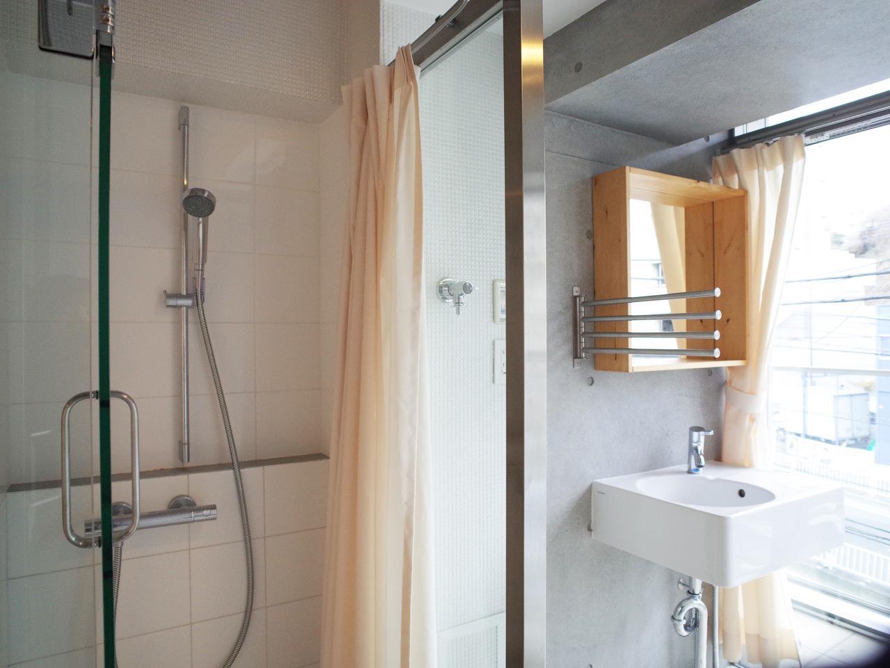 なんとシャワーブースがあります、奥は洗面