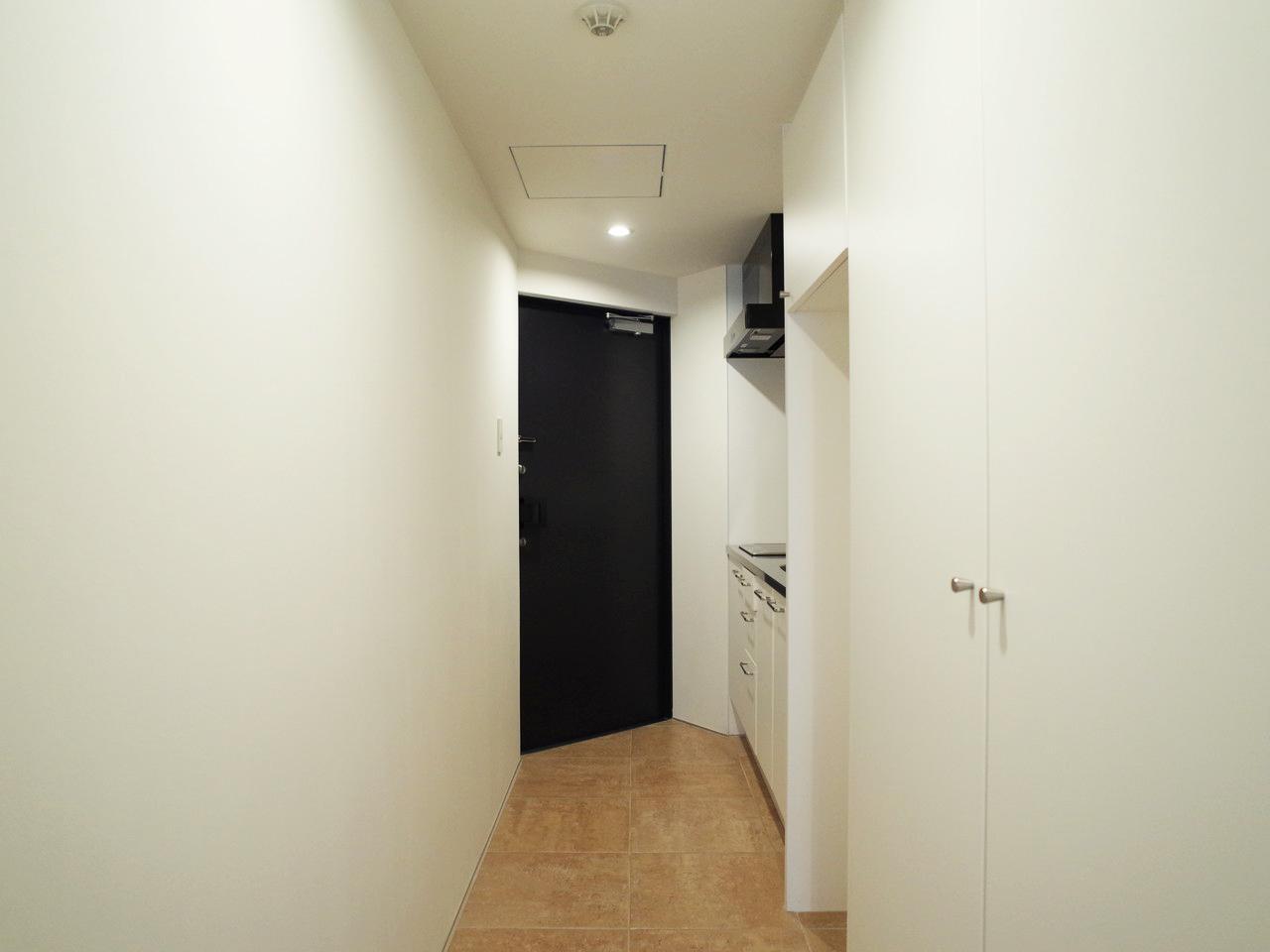 右手に小さめの収納と冷蔵庫置き場があります
