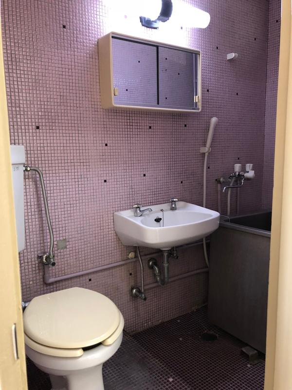 トイレ、浴室、洗面台は同室。浴槽は、かなり小さいのでシャワーを浴びるだけになりそう。タイルに使用感があり、古さが気になる方は注意