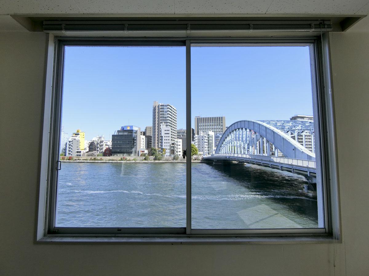 2階:東側の窓