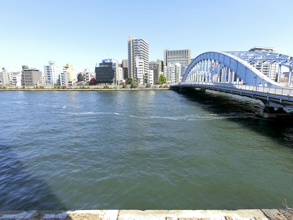 2階:東側の窓の外は、目の前に隅田川