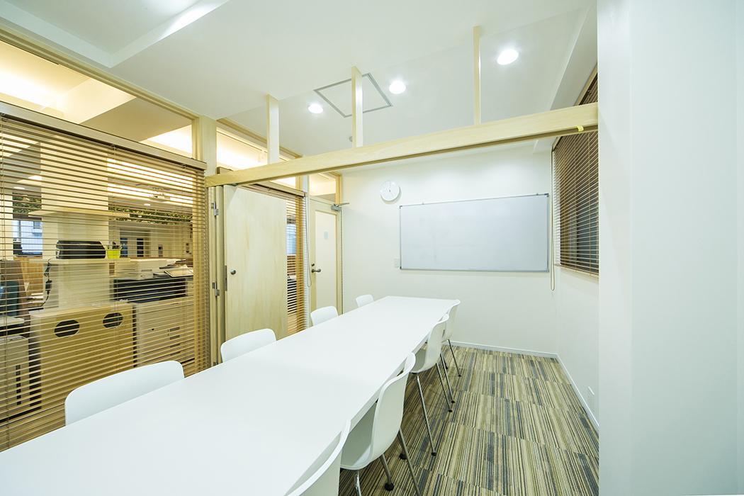 2階:ミーティングルーム。2カ所ある部屋の間仕切りをとって1部屋にした状態。会議室はオプションで4時間/月で4,320円。