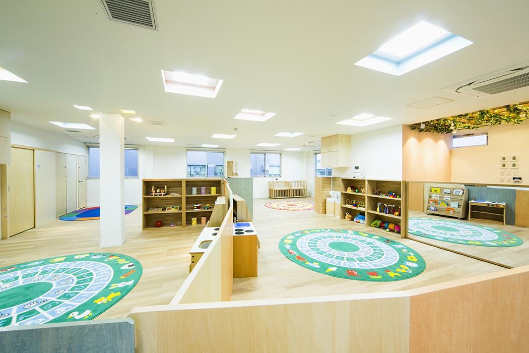 3階:保育スペース。子供の年齢でなんとなく間仕切りされてます。