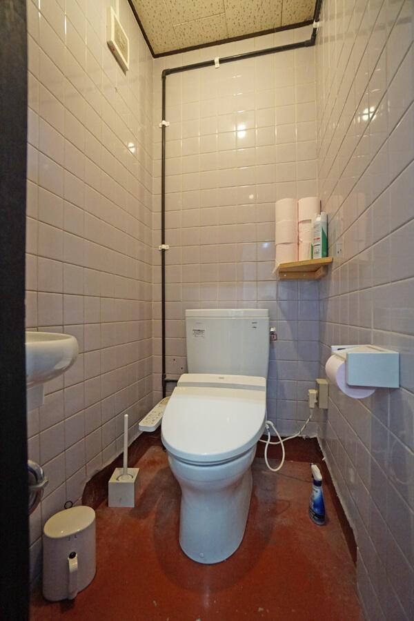 共用のトイレ。清潔感あります。