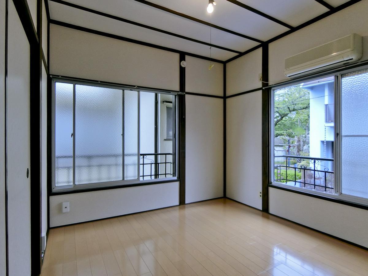 2階:窓は全てくもった型ガラスですが、公園の緑がチラ見できます