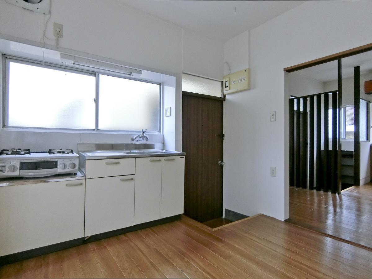 1階:キッチンは作業スペースも確保できます(コンロは残置物扱い)