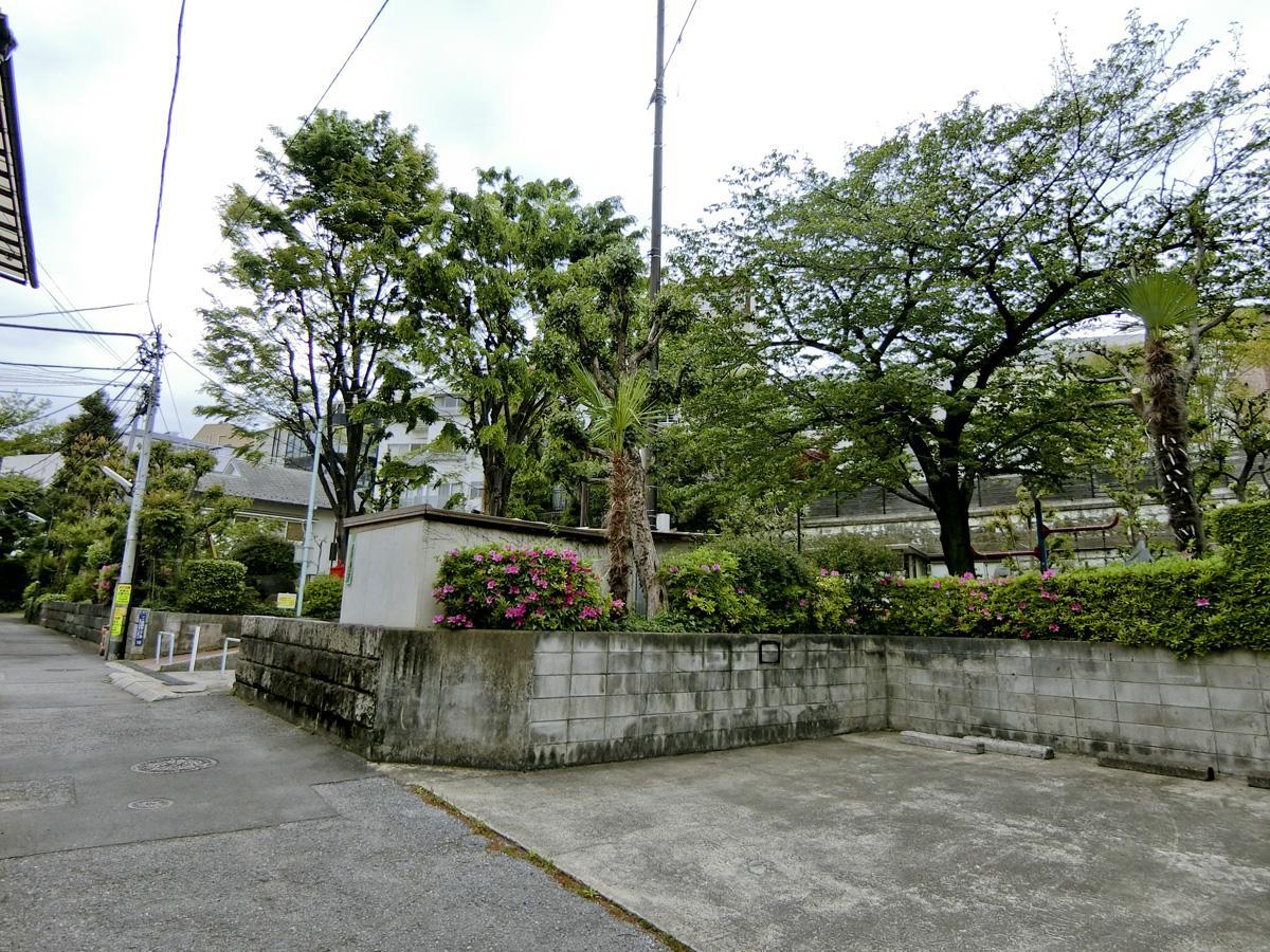物件から斜め左前の公園