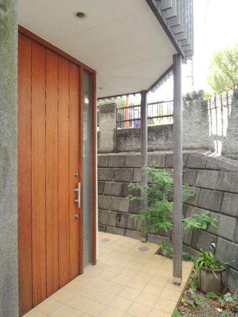 玄関の素敵なドアは引戸になっています。