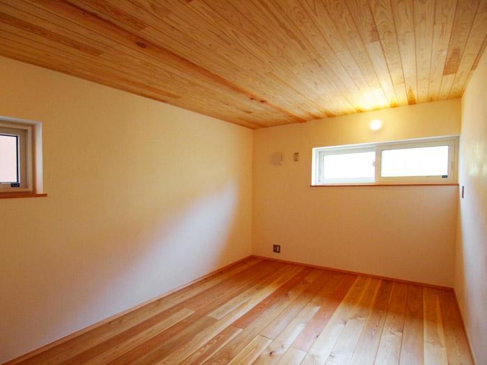 6畳の洋室。天井床は無垢材。壁は珪藻土。