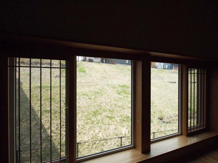 窓側の眺め。芝の斜面になっている。