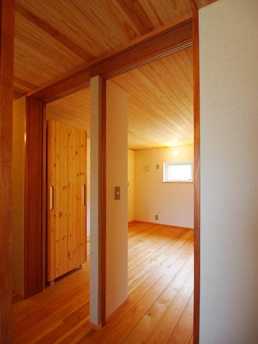 1階の8畳の洋室。扉が二つあり、中央に壁を立てて、2部屋にすることもできる。