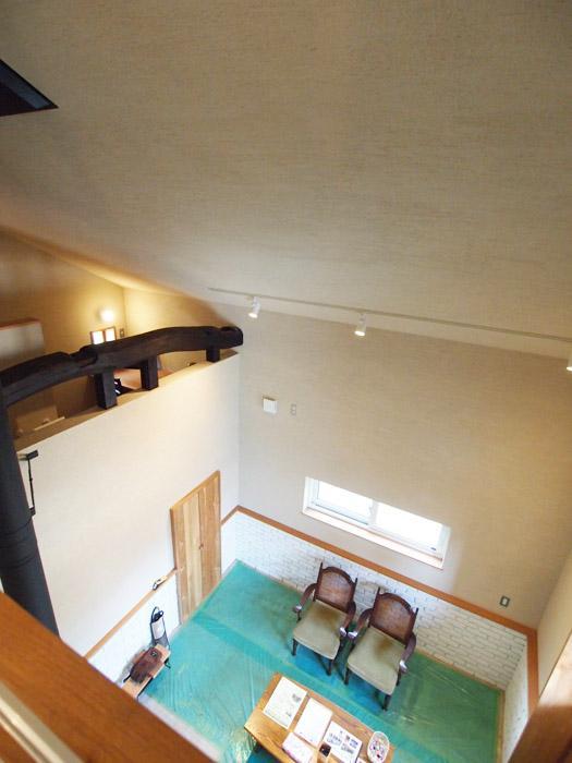 リビングから土間の部屋を見下ろして。(この写真では床に養生シートが貼られています。)