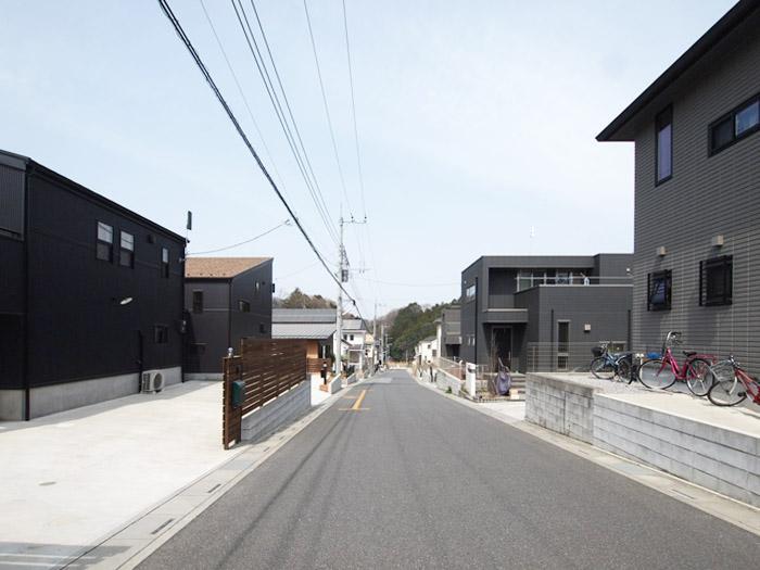 家の前の道路がきれいに舗装がされ、住宅が整列している感じは少し殺風景かも。