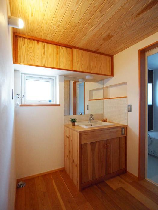 洗面スペースも木をふんだんに使い、ぬくもりが感じられる。