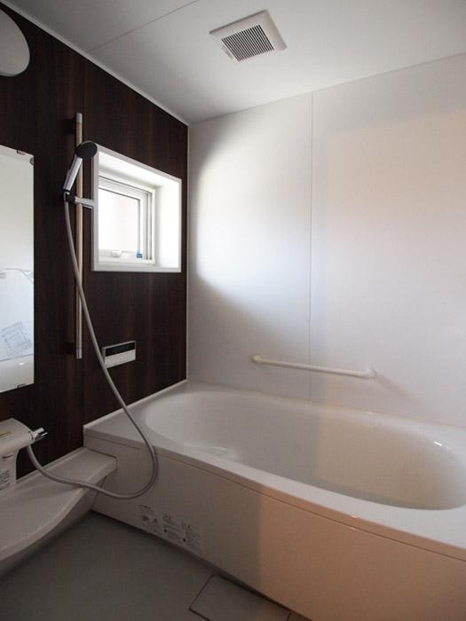 お風呂は掃除がしやすいユニットバス。