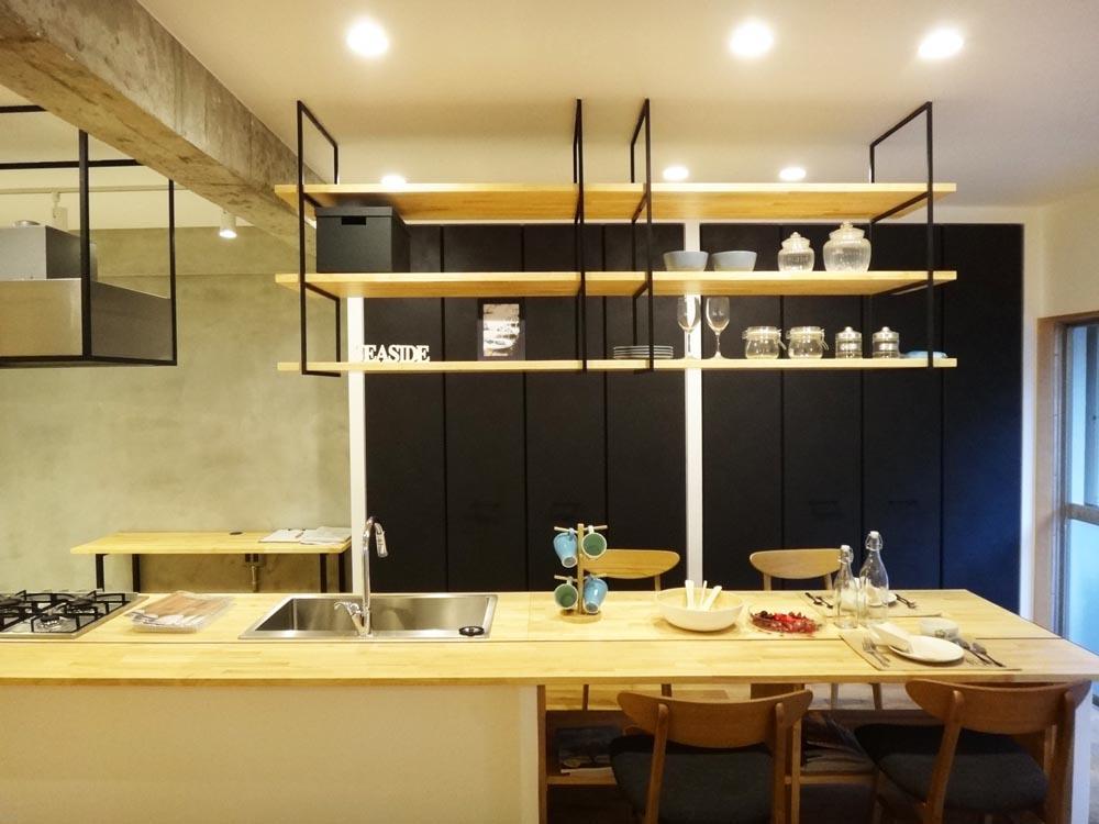 キッチンとダイニングテーブルはフラットにつながっています。