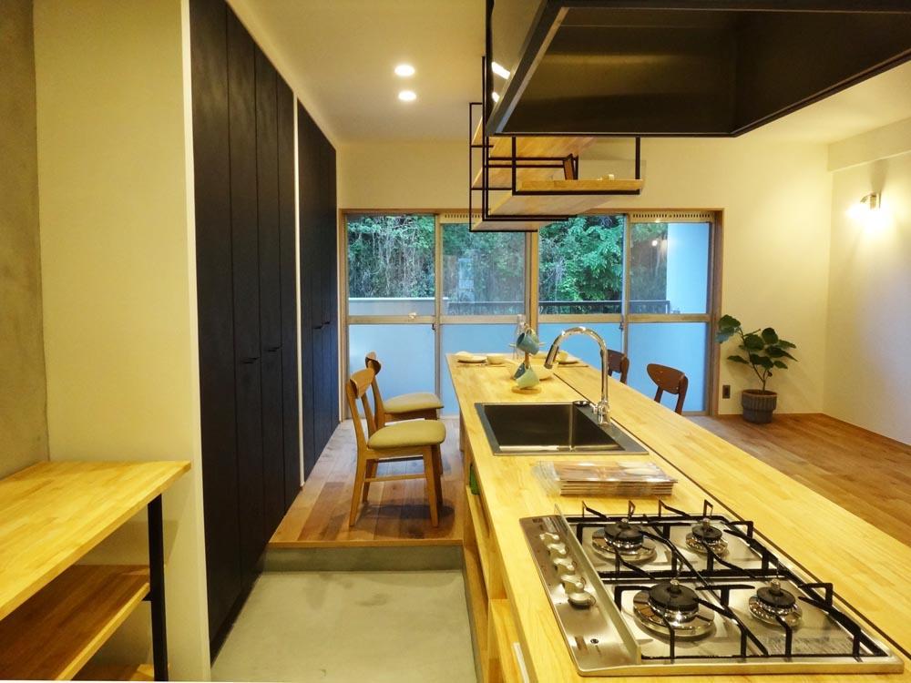 キッチンは一段下がって土間になっています。