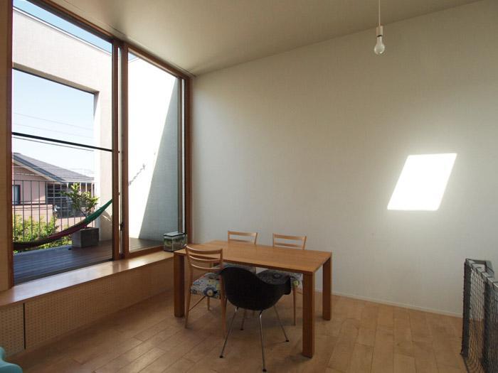 天井が高く、大きな窓が気持ちいいリビング。