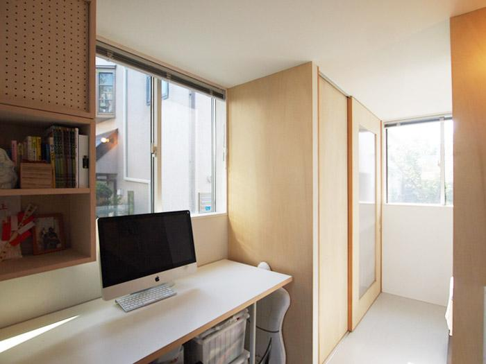 1階の一角に小さな書斎スペース。窓が多く明るい。右側の壁の向こうは洗濯機置き場とお手洗い。
