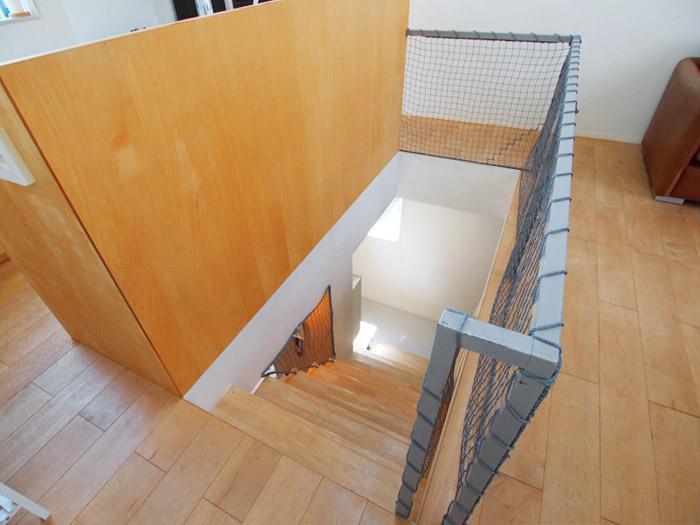 スッキリとしたデザインの階段。