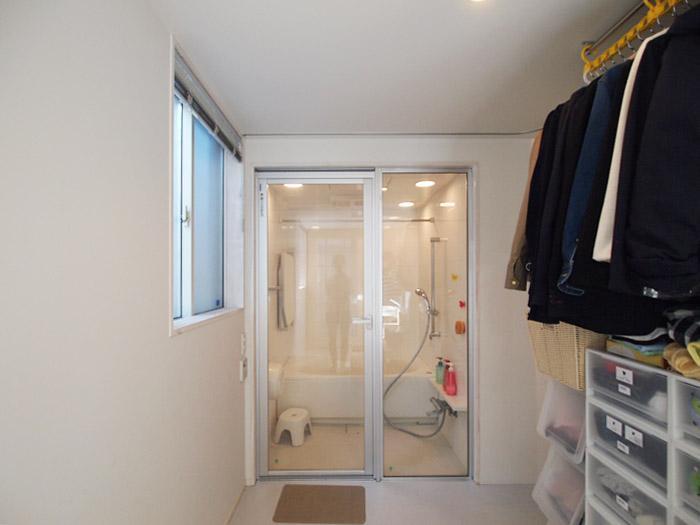 正面に浴室。脱衣所に洋服をかけるスペースが。