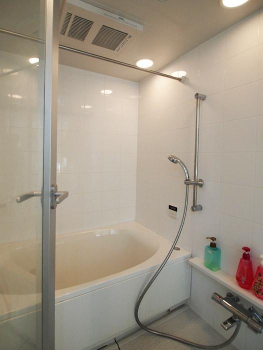 浴室は追いだき、乾燥暖房機がついている。