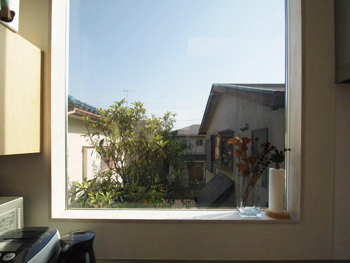 ちょうど建物と建物の隙間を生かしてつくられた窓。抜けるような眺めがいい。