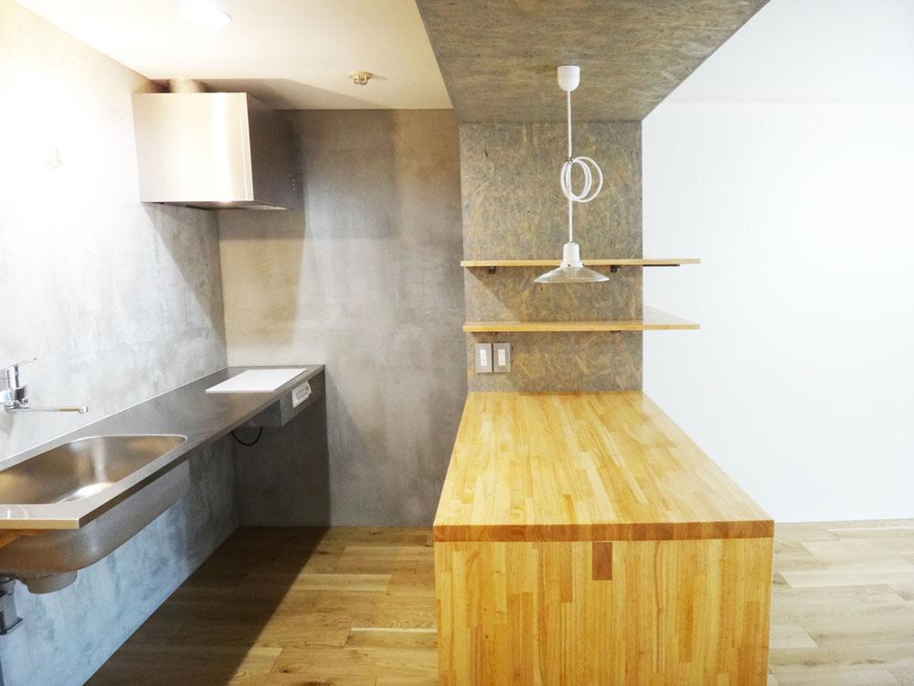 ステンレスでシャープなキッチンと、集成材のカウンター。