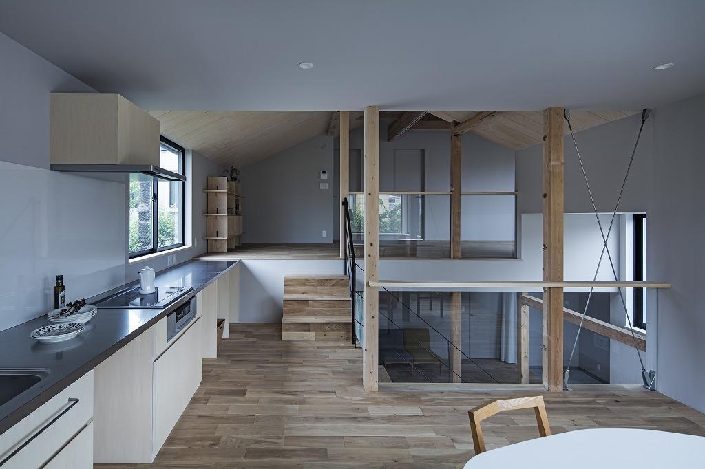 上下階を見渡せる中間階には、用途が限定されるキッチンとダイニングをあえて配置