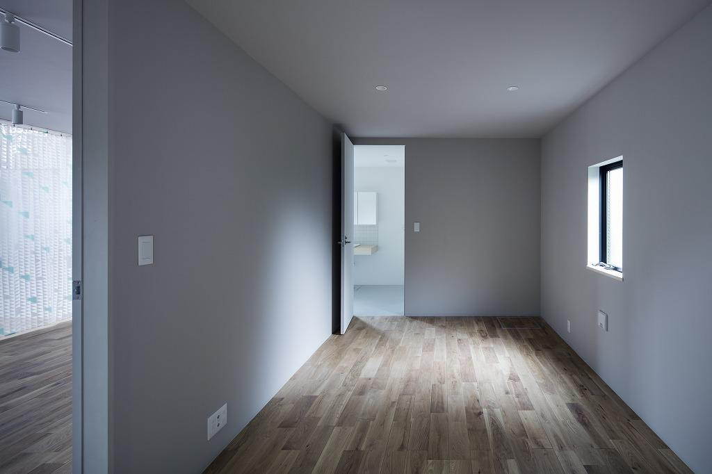 1階の洗面室にも続く広い洋室は落ち着いた空間で、メインベッドルームにおすすめ