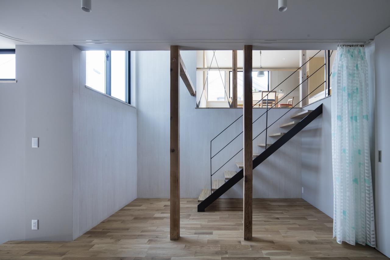 布で仕切れば個室のようにもなる、玄関から続く空間