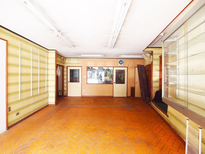 奥にある左側の扉は閉鎖予定。奥中央に元調剤室が残っていて、別途賃貸可能。
