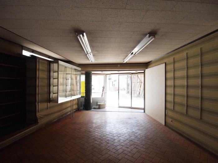 床は長尺シート、天井はジプトン、壁は壁紙。