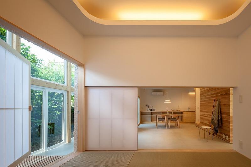 間接照明と琉球畳の和室もミドルドア空間へと開きます
