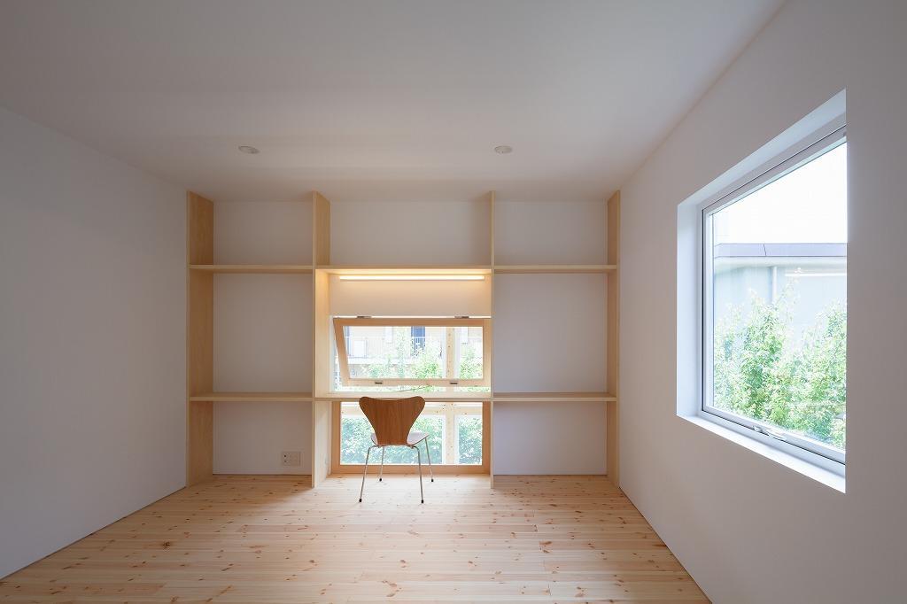 2階各部屋には造り付けのデスクがあります