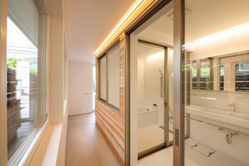 大きな窓を設けた開放的な浴室