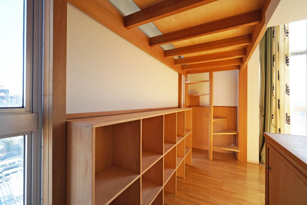 グリッドの棚も収納力豊富(写真のカーテンは撤去済みです)