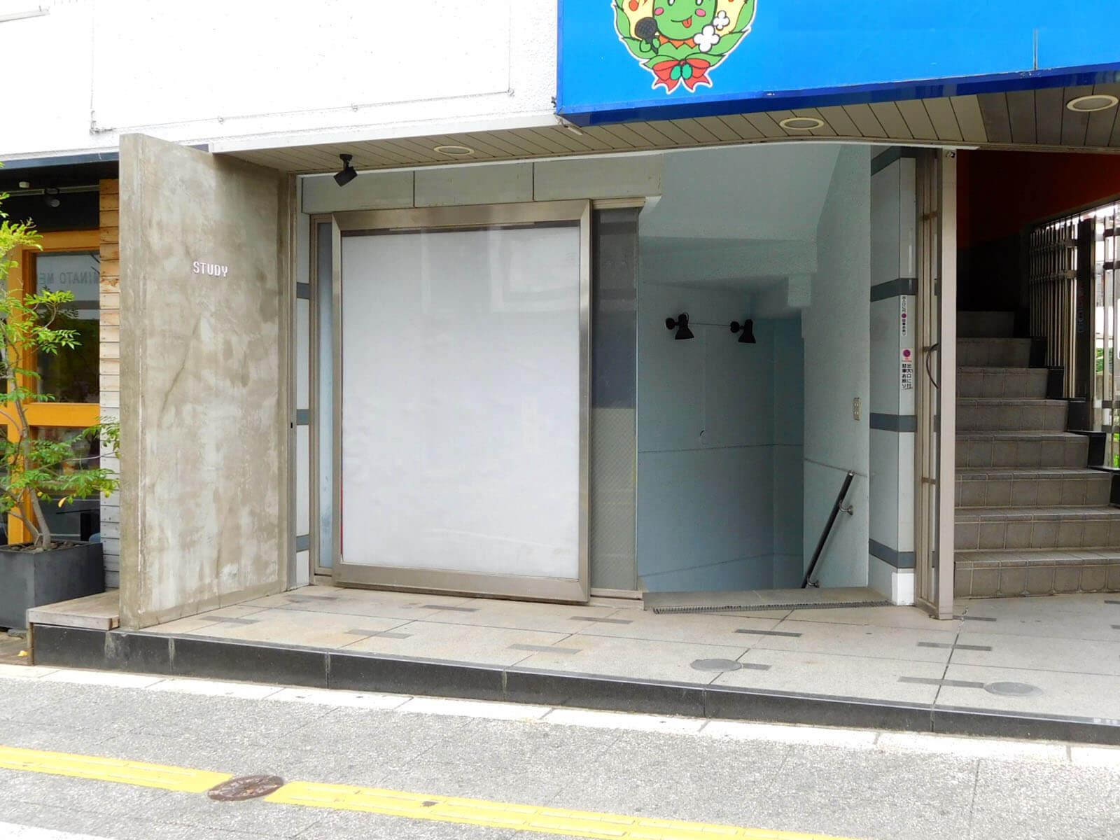 地下店舗の入口はこちら。いい顔つくりましょう!