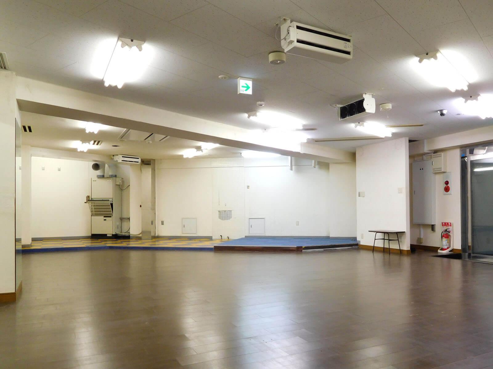 天井は低めなので、解体して少し高さを出します。