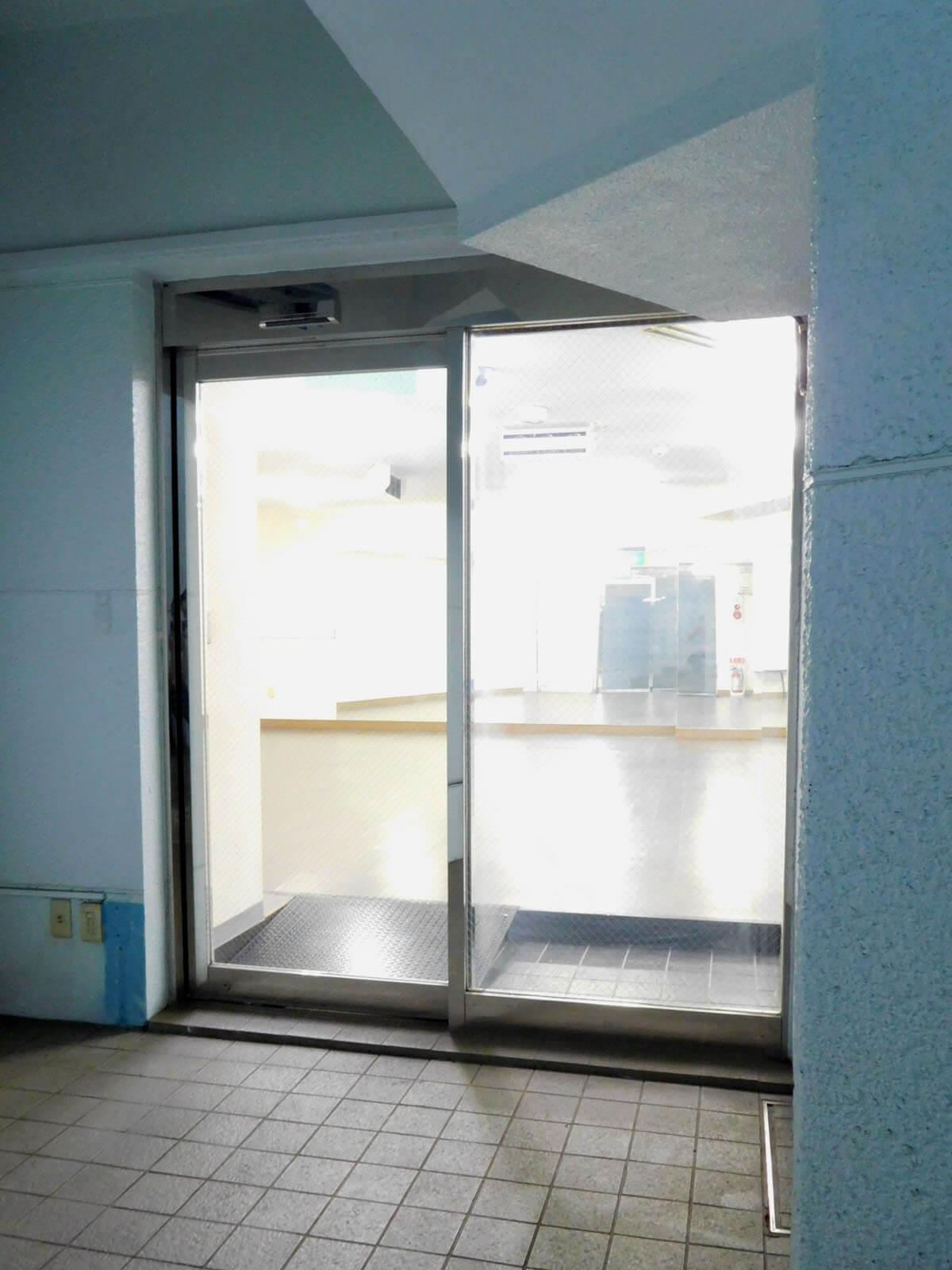 自動ドアあり。