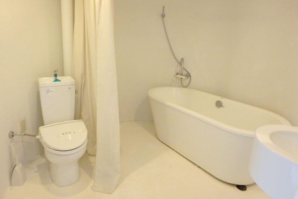 巨大な柱のような空間の中はお風呂とトイレ