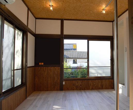 渋い居室は、床が無垢。2階角部屋なので明るさや風通しの良さも魅力