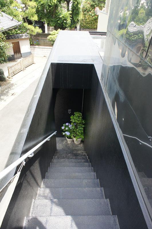 2階玄関から階段で1階へ